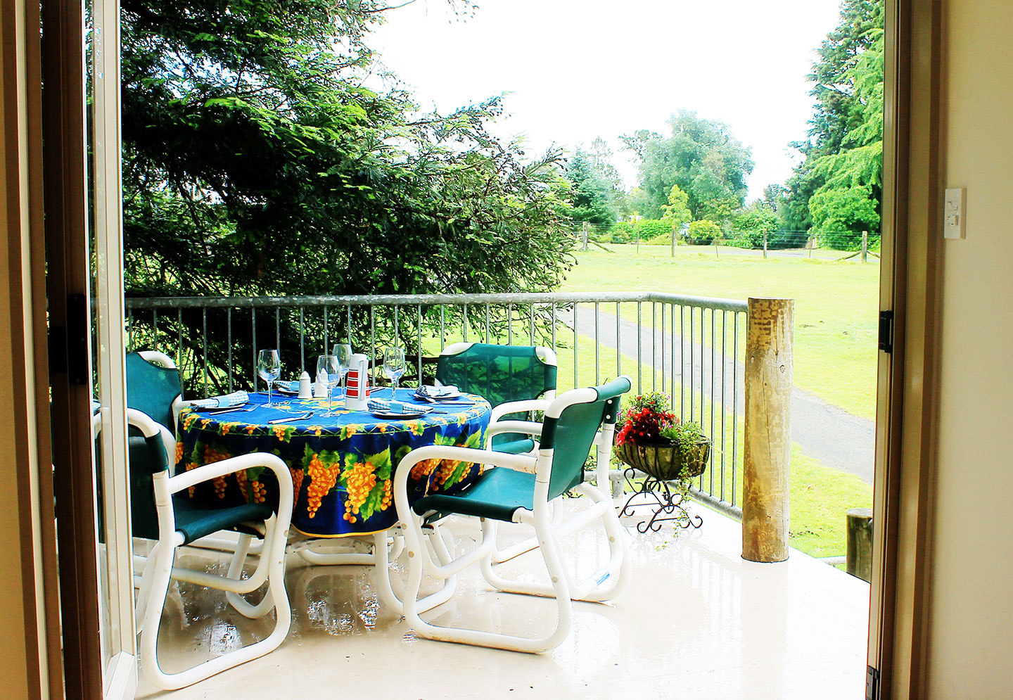 The Carriage House self-catering accommodation outdoor dining area