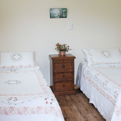 twin bedroom at the carriage house accommodation bay of islands new zealand